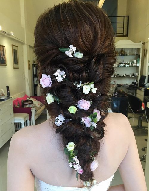 V-shaped wedding hairstyle for long hair