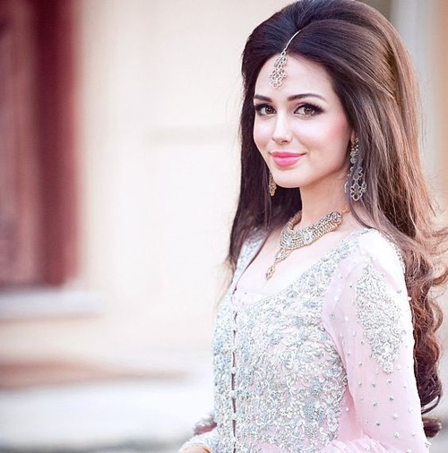 Pleasant Hairstyles For Indian Wedding 20 Showy Bridal Hairstyles Hairstyles For Women Draintrainus