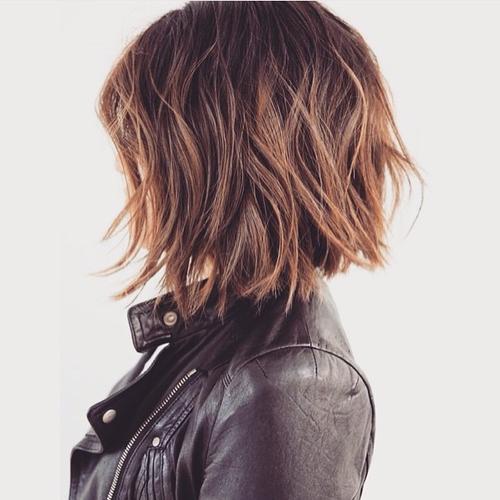 Razbarušena bob frizura srednje dužine