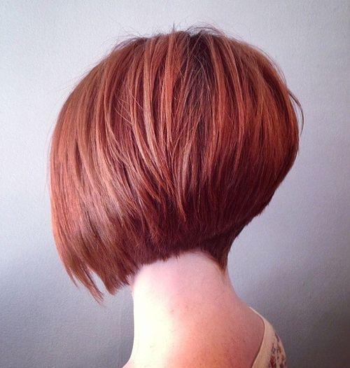 Kratka crvena inverted bob frizura