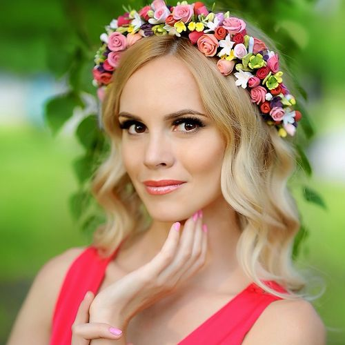 wavy blonde hairstyle with a floral headband