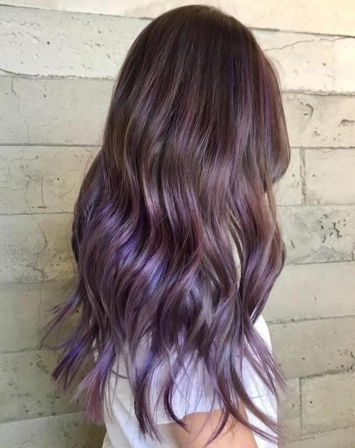 Lange braune Haare mit subtilen lila Balayage