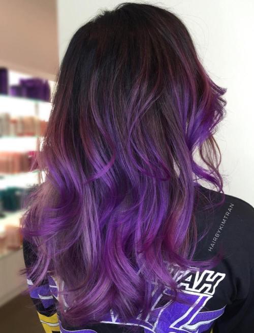 Braune Haare mit lila und rosa Balayage