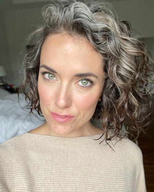 Corte de cabelo Grombre em um Bob Long Curly