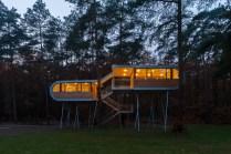 BEL, Belgien, Eksel, Baumhaus von Andreas Wenning, 24.10.2012 [ (c) Markus Bollen / P h o t o - D e s i g n, J o h a n n - B e n d e l - S t r. 16a, 51429 B e r g i s c h G l a d b a c h, fon: 02204 22220, m.bollen@t-online.de ; Kto: IBAN: DE16 6609 0800 0009 1474 38, BIC: GENODE61BBB ; Ust-ID: DE 121 984 724 ; Jegliche Nutzung des Fotos nur gegen Honorar zzgl. der gesetzlichen MwSt., vollstaendiger Namensnennung nach Paragraph 13 UrhG und Zusendung von zwei Belegexemplaren. Das Nutzungshonorar richtet sich nach den aktuellen Bildhonoraren der MFM des BVPA. For any usage other than editorial, please contact photographer. ; Attention: NO MODEL-RELEASE! ; ] [#0,26,121#]