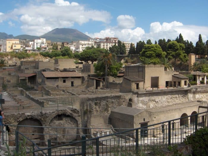 33 Photos that will make you fall in love with magical and diverse Italy! Milan, pompeii, sorrento, venice, badia, bolzano, the dolomites, alps, mountains, lake como, bellagio,