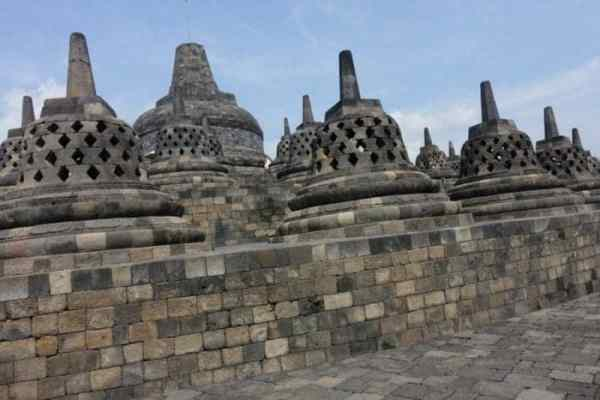 The incredible ancient Borobudur temple: The largest Buddhist temple in the world, Yogyakarta, Indonesia, candi candi, Prambanan, How to get to Borobudur from Yogyakarta, Borobudur hotel, Borobudur temple, stupa Borobudur, sunrise, sun rise, tour, transport, cost, ticket price, entrance fee, scooter rental, bus, public transport, cost, travel Borobudur, Borobudur Indonesia,
