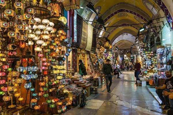 Lanterns in the Grand Bazaar, Istanbul, Turkey, travel photography tips for beginners, Tips on travel photography, tips for travel photography, tips for better travel photos, How to take better photos, composition, Street photography, portrait photography, landscape photography,