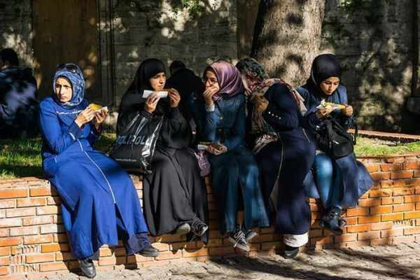 Girls eating corn in Istanbul outside the university, Turkey, travel photography tips for beginners, Tips on travel photography, tips for travel photography, tips for better travel photos, How to take better photos, composition, Street photography, portrait photography, landscape photography,