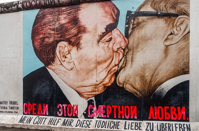 The kiss at the berlin wall east side gallery (2 days in Berlin, Things to do in Berlin, 2 days in Berlin itinerary, Berlin 2 days itinerary, Berlin in two days, 48 hours in Berlin itinerary, What to do in Berlin in 2 days, Berlin 2 days, Things to do in Berlin, backpacking Berlin, cheap, budget Berlin, Germany)