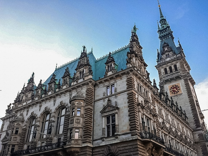 A different view of the famous rathaus/ townhall of Hamburg (One day in Hamburg, Hamburg in one day, 1 day in Hamburg, 24 hours Hamburg, Hamburg itinerary, things to do in Hamburg, weekend in Hamburg)