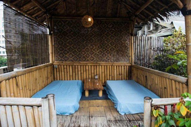 Six Degrees Backpackers Hostel - Rooftop deck lounge area
