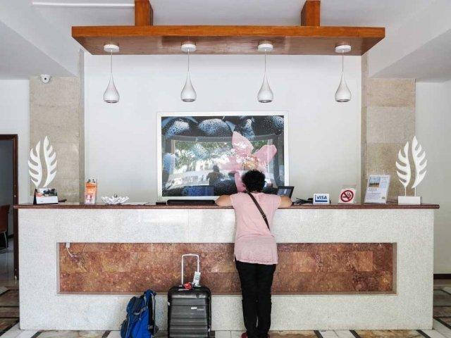 Dili hotel - D'Hotel front desk