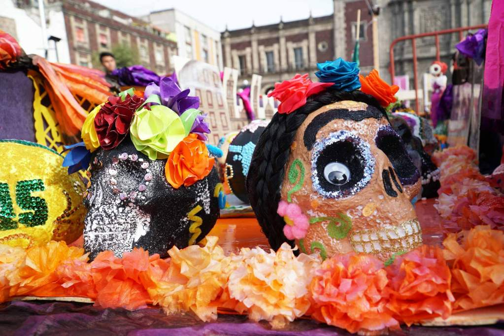 a frida kahlo skull on an ofrenda