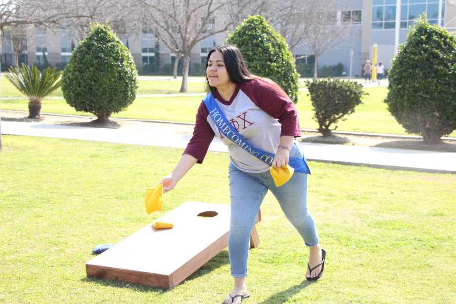 Homecoming+maid+nominee+Melissa+Lovera+plays+corn+hole+at+the+SRC%E2%80%99s+National+Rec+Day+on+Monday.%0APhoto+by+Alejandra+Flores%2FThe+Runner
