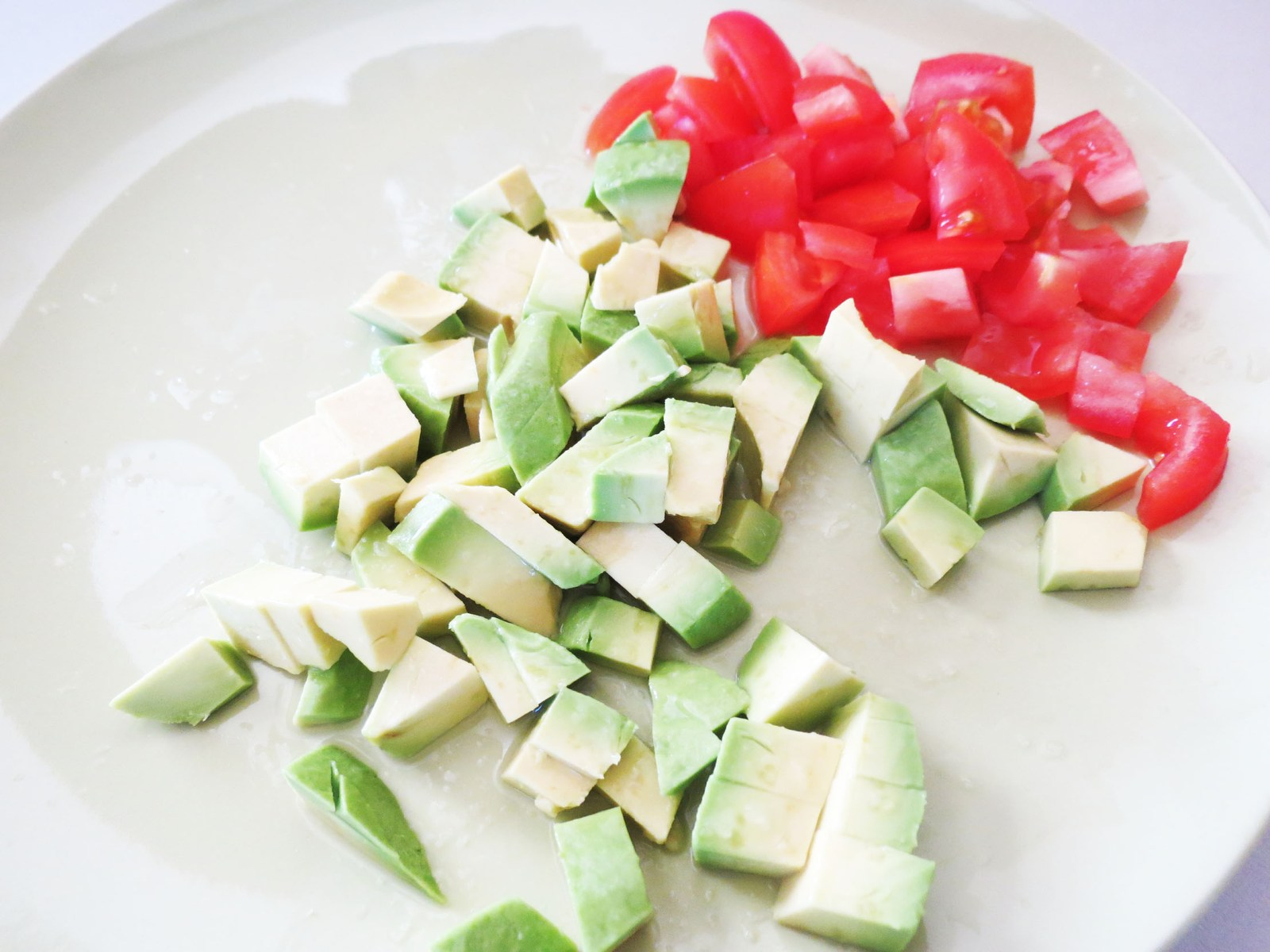 sliced-avocado-tomato