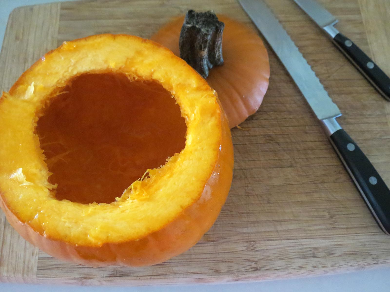 cutting-the-top-of-pumpkin