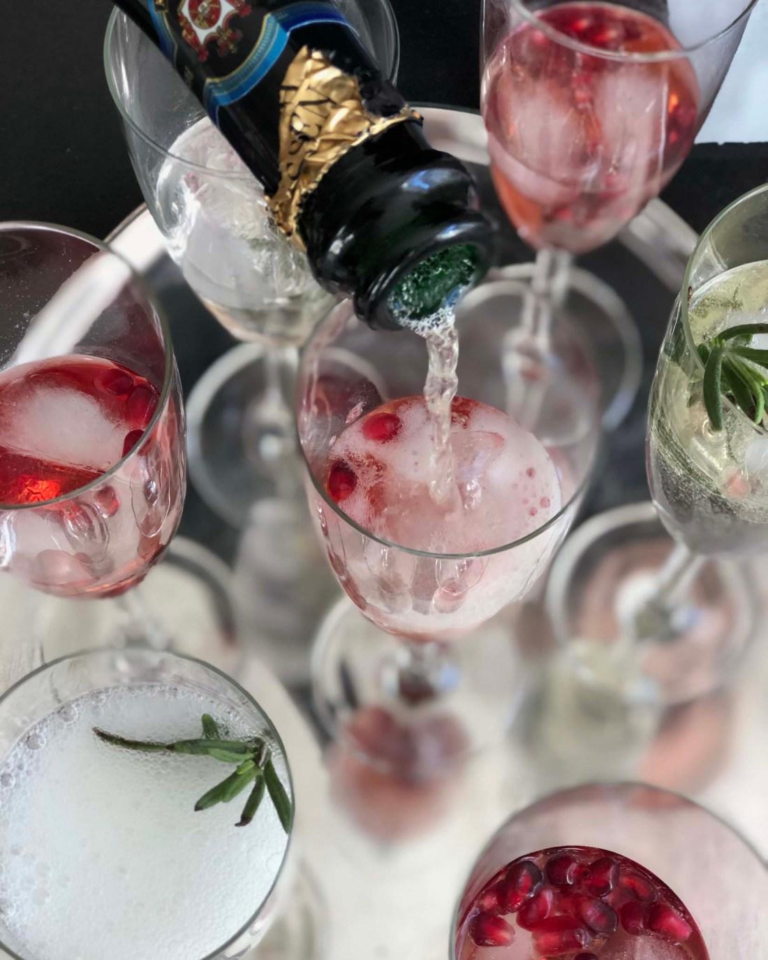 Weihnachtliche Champagner-Cocktails - Sekt einfuellen