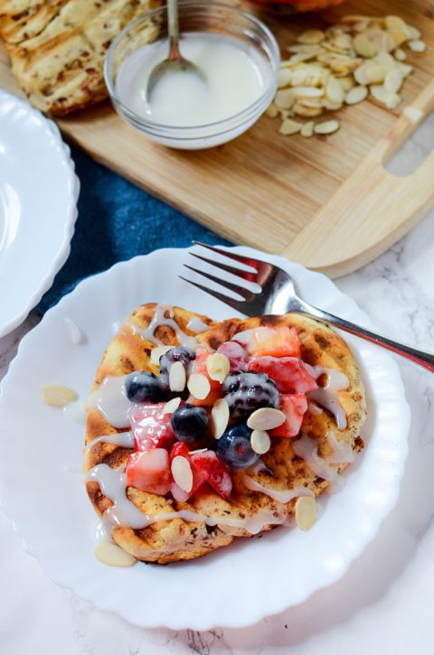 grilled cinnamon bun flatbread with fruit and icing 2