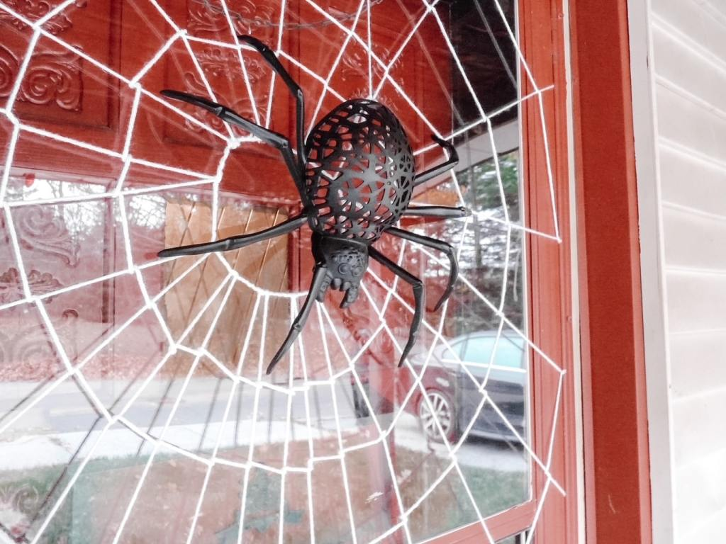 This is an easy step-by-step tutorial on how to make a Halloween spiderweb door #Halloween #Halloweendecor #Halloweendecorideas #spiderwebdoor