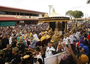 Their Majesties ride a gilded chariot during the Golden Jubilee procession. Photo: Infofoto