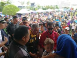 His Majesty meeting the people during the Bandarku Ceria event on Sunday Morning. Photo: Ubaidillah Masli/The Scoop