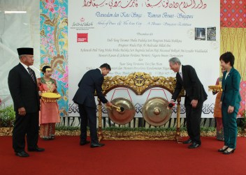 HRH Prince Haji Al-Muhtadee Billah (L), the Crown Prince and Senior Minister at the Prime Minister's Office and Singapore's Deputy Prime Minister Teo Chee Hean (R) hit ceremonial gongs to symbolise the opening of the 'Abode of Peace & the Lion City: A Brunei-Singapore Exhibition' at Royal Wharf in the capital. Photo: Rasidah Hj Abu Bakar