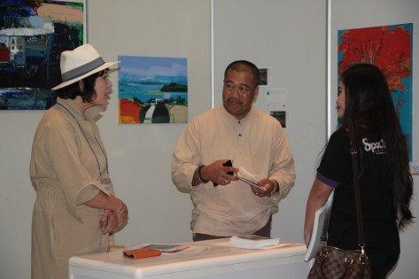 Visitors to the 2018 Korean Modern Art Festival talk to one of the participating artists. Photo: Rasidah Hj Abu Bakar/The Scoop