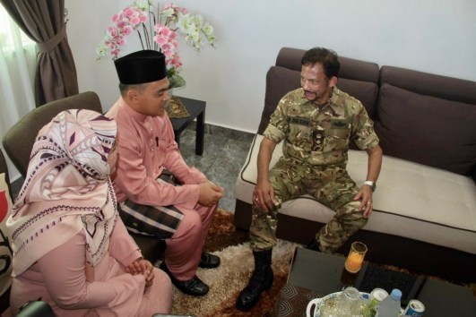 HM the Sultan visit the home of Hjh Norsalwanawati Hj Shahbudin and her husband at Bukit Beruang National Housing Scheme. Photo: Rasidah Hj Abu Bakar/The Scoop