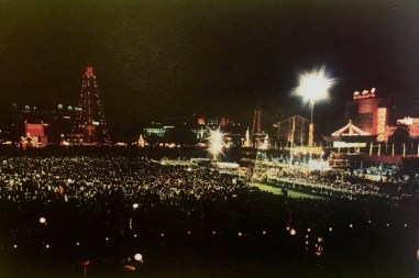 The crowd gathered at Taman SOAS on December 31, 1983. Photo via Brunei History Centre/Infofoto