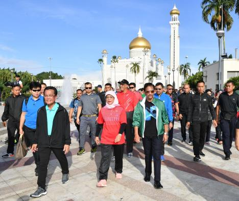 HM the Sultan and Singapore President Halimah Yacob take a morning walk at Taman Mahkota Jubli Emas on May 13, 2018. Photo: Infofoto