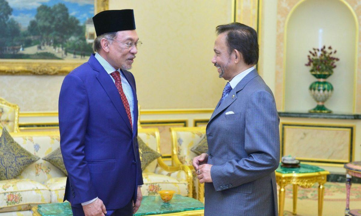 Sultan meets with Anwar Ibrahim at Istana
