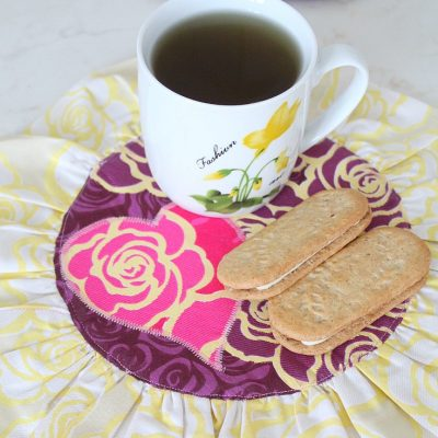 Super cute easy and quick Valentine's Day mug rug