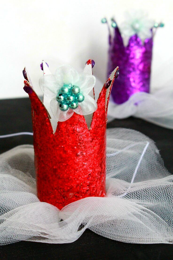 DIY paper Crown in red, made with paper rolls, glitter and tulle