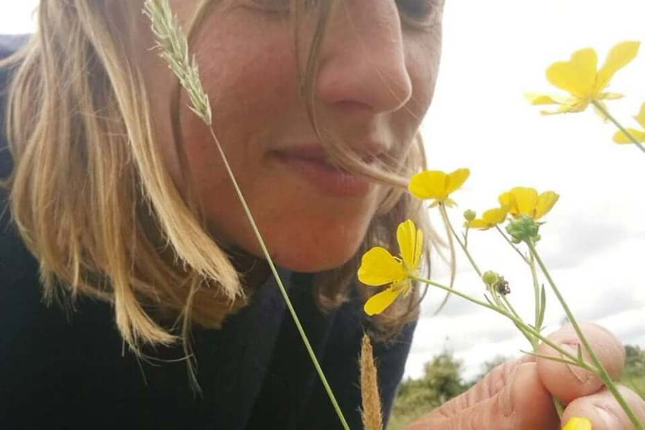 naomi-face-with-buttercups