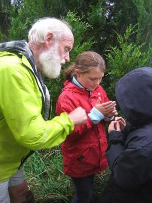 Hugh-Wilson-teaching-the-next-generatioin-at-Hinewai-Reserve-on-the-Wildside-www.theseventhgeneration.org_