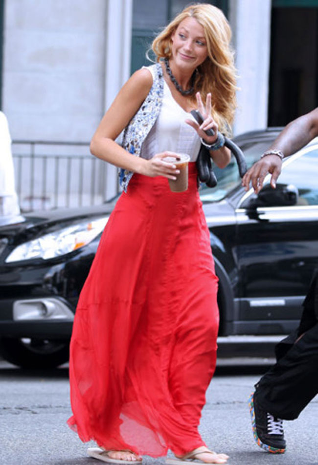 long-skirt-tips-trend-blake-lively-red-skirt-jacket-printed-casual