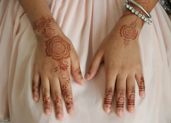 Henna Mehndi Stickers : Tutorial how to apply henna using stickers