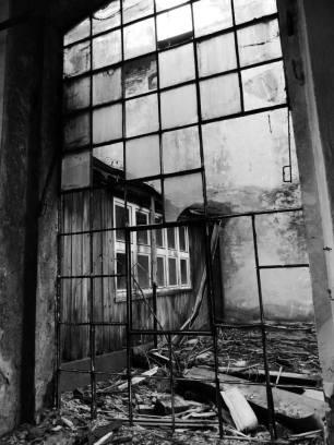 ZA OKNEM / BEHIND THE WINDOW (2013) gabriela urbexová TOVÁRNA JAWA, TÝNEC NAD SÁZAVOU
