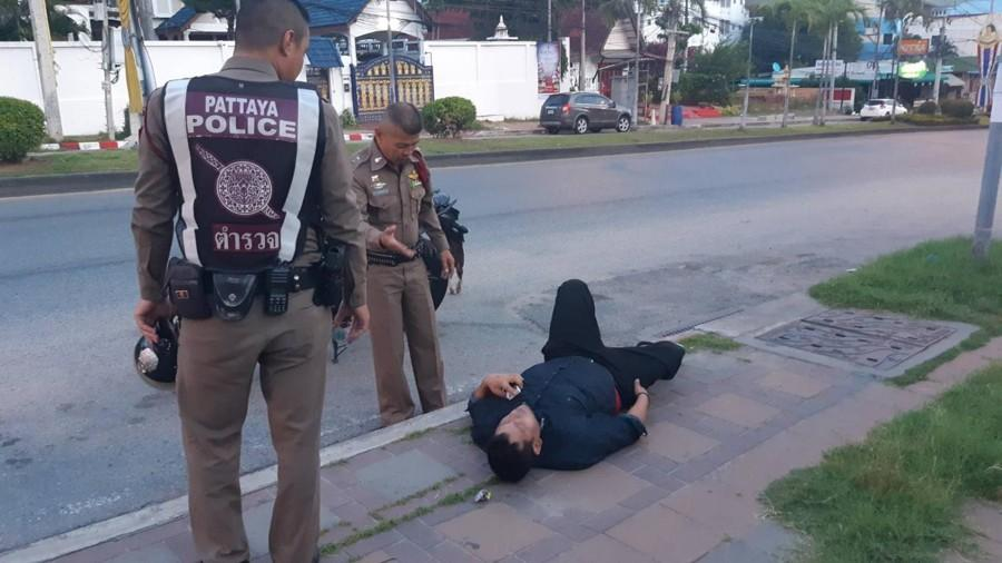 police wakes drunk man pattaya road