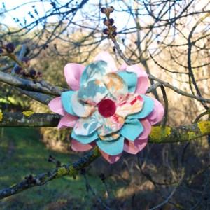 Flores de tela enuna rama de árbol