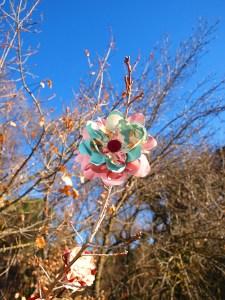 Flores de tela en una rama de árbol