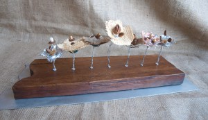 Esculturas de Mesa de mesa con madera acero semillas, perlas y tejidos naturales