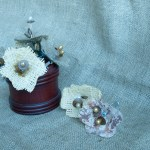 Flores reciclando arpillera