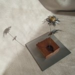 Esculturas de flores de materiales reciclados