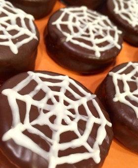 """Halloween Chocolate Dipped Peanut Butter Crackers – """"Spiderweb Cookies"""""""