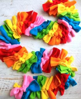 Easy Rainbow No Sew Fleece Scarf (Photo Tutorial)