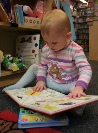 neonato leggere con mano
