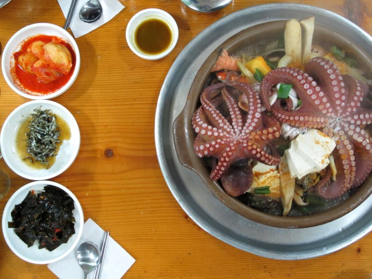 Korean eating a fishy feast as ive mentioned before living on a peninsula has given me the opportunity to try shellfish everything fish there arent english names for aside from the forumfinder Images
