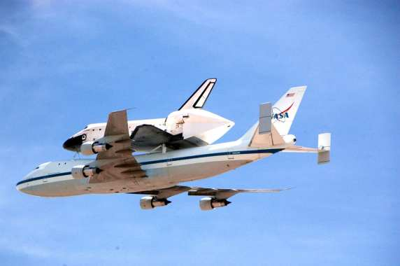12:10 p.m. Endeavour over Metro. Photo by Luis Inzunza